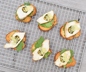 Grilled chicken, pesto and rocket crostini thumbnail